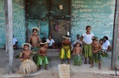 Los niños nos acogen con satisfacción a avivar la isla Foto de archivo libre de regalías