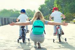 Los niños participan en las competencias que montan una bicicleta Día de fiesta de la familia en la 'promenade' imagen de archivo