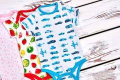 Los niños ponen en cortocircuito los mamelucos del algodón de la manga Foto de archivo libre de regalías