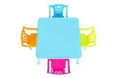 Los niños presentan con cuatro sillas coloridas Fotos de archivo libres de regalías