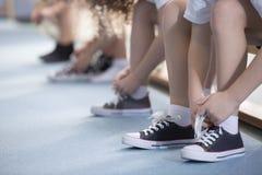 Los niños que atan deporte calzan el primer fotografía de archivo libre de regalías