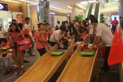 Los niños que deslizan el juego de mesa en el SHENZHEN Tai Koo Shing Commercial Center Fotografía de archivo libre de regalías