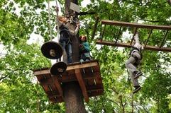 Los niños que gozan en una actividad de la aventura que sube parquean Imagenes de archivo
