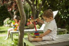 Los niños que juegan con la construcción juegan en el jardín Fotografía de archivo libre de regalías