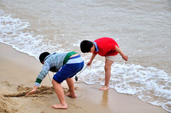 Los niños que juegan en la playa Imagen de archivo