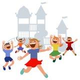 Los niños que saltan con alegría en un patio Fotos de archivo