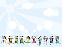 Los niños que saltan en fondo del cielo Imagenes de archivo