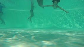 Los niños que saltan en la piscina almacen de metraje de vídeo