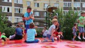 Los niños que saltan en un trampolín en un ` s de los niños parquean metrajes