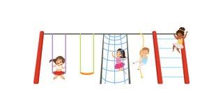 Los niños que se divierten en el patio, niños que balancean en el oscilación, subiendo para arriba la escalera y la cuerda vector stock de ilustración