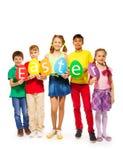 Los niños que sostienen el huevo forman tarjetas coloridas en fila Imágenes de archivo libres de regalías