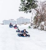 Los niños resbalan en nieve con la bolsa de plástico en Estambul Imagen de archivo