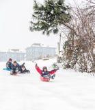 Los niños resbalan en nieve con la caja plástica en Estambul Imagen de archivo libre de regalías
