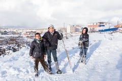 Los niños resbalan en nieve en estilo de la escuela vieja con madera dura Imagenes de archivo