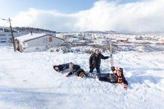 Los niños resbalan en nieve en estilo de la escuela vieja con madera dura Imagen de archivo libre de regalías