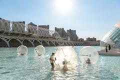 Los niños se divierten dentro de baloons grandes del aire en una piscina en la ciudad o Imagen de archivo libre de regalías