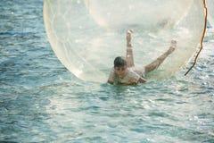 Los niños se divierten dentro de baloons grandes del aire en una piscina en la ciudad o Imagen de archivo