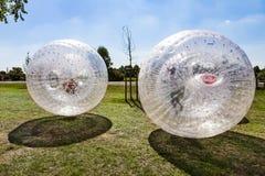 Los niños se divierten en la bola de Zorbing Imagen de archivo libre de regalías
