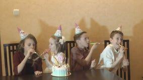 Los niños se divierten en la fiesta de cumpleaños torta de cumpleaños para poca muchacha del cumpleaños Celebración de familia almacen de metraje de vídeo