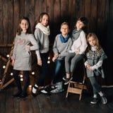 Los niños se están colocando contra la perspectiva de la estrella del ` s del Año Nuevo Fotografía de archivo