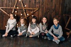 Los niños se están colocando contra la perspectiva de la estrella del ` s del Año Nuevo Imagen de archivo libre de regalías