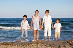 Los niños se están colocando en la playa Fotografía de archivo