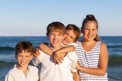 Los niños se están colocando en la playa Fotos de archivo libres de regalías