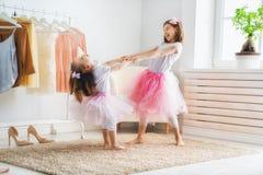Los niños se están divirtiendo foto de archivo
