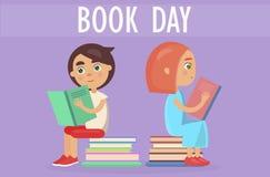 Los niños se sientan en la pila de literatura en tarjeta del día del libro ilustración del vector