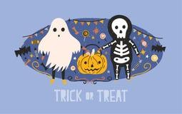 Los niños se vistieron en disfraces de Halloween del fantasma y bolso esquelético de la calabaza que llevaba por completo de cara Imagen de archivo libre de regalías