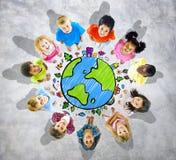 Los niños son círculo con el mapa global Imagen de archivo