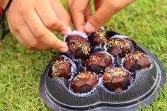 Los niños son dulces admitidos de la mano a comer fotos de archivo