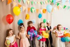 Los niños son felices de estar en el partido del b-día fotos de archivo libres de regalías