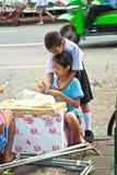 Los niños son flores obligatorias en el mercado de la flor en Bangkok Imágenes de archivo libres de regalías