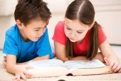 Los niños son libro de lectura fotografía de archivo
