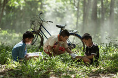 Los niños son libros instruidos en el caucho fotografía de archivo libre de regalías
