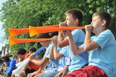 Los niños soplan el vuvuzela Fotos de archivo