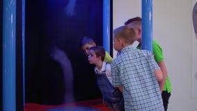 Los niños soplan en el tornado artificial en museo de la ciencia popular metrajes