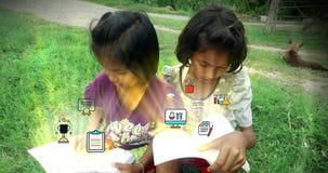 Los niños tailandeses asiáticos pobres de la muchacha juntan el libro de lectura que estudian y el icono de la animación de la ed metrajes