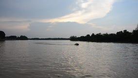 Los niños tailandeses que conducen el jet esquían en el río de Tapee almacen de metraje de vídeo