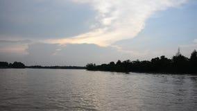 Los niños tailandeses que conducen el jet esquían en el río de Tapee metrajes