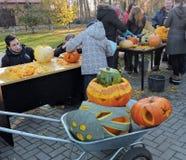 Los niños tallaron las calabazas de Halloween Fotos de archivo libres de regalías