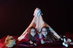 Los niños tienen partido de pijama con los osos de peluche fotos de archivo