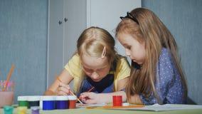 Los niños tienen pintura de la diversión junta - con colores de agua almacen de video