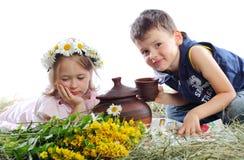 Los niños tienen un resto al aire libre y beben la leche Fotografía de archivo libre de regalías