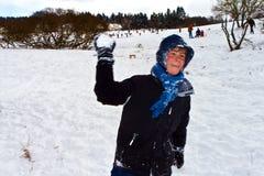Los niños tienen una lucha de la bola de nieve Imagen de archivo