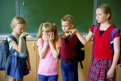 Los niños tiranizan en la escuela Imágenes de archivo libres de regalías