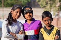Los niños, tres mejores amigos, miran muy seriamente Foto de archivo libre de regalías