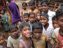 Los niños tribales saludan a visitantes Fotos de archivo libres de regalías