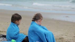 Los niños tristes se sientan en la costa metrajes